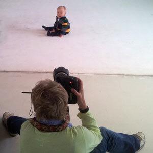 Fotoshooting für den Katalog eines Kindermodenherstellers. Babymodel bei der Arbeit.