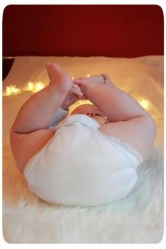 Baby mit Lichterkette