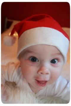 Baby mit Nikolausmütze