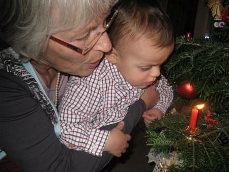 Weihnachtsfoto mit Oma und brennender Kerze am Tannenbaum (Copyright: Ina Schenk)