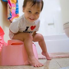 Kleinkind auf Töpfchen