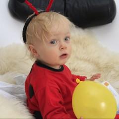 Kleinkind in selbst gemachtem Kostüm: Marienkäfer
