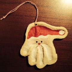 Salzteiganhänger mit Handabdruck als Weihnachtsmann