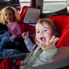 Kindersitze, 2 zwei, Rückbank, Kinder, Helena (4 Jahre) und Marlene (2 Jahre) Würmser Kinder Rückbank Kindersitze Autofahrt Autofahren Rücksitze MWE 0415 Edward Beierle