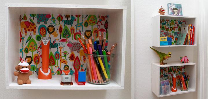 Kinderzimmerregal, selbst gemacht aus leeren französischen Weinkisten