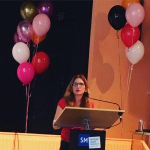 Die Journalistin und Autorin Nora Imlau hält einen Vortrag bei der Elternblogger-Konferenz Blogfamilia